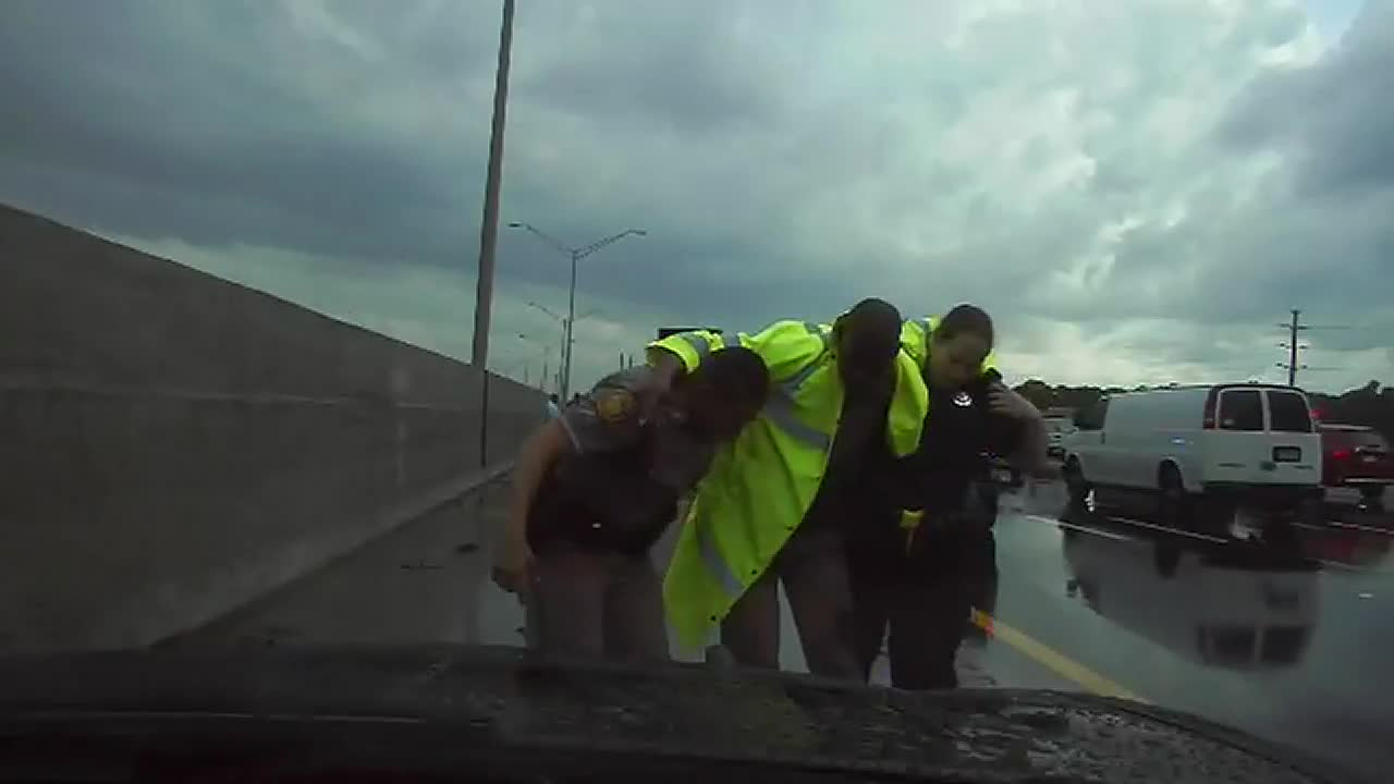 Florida Highway Patrol Traffic >> Video Shows A Florida Highway Trooper Struck By A Car