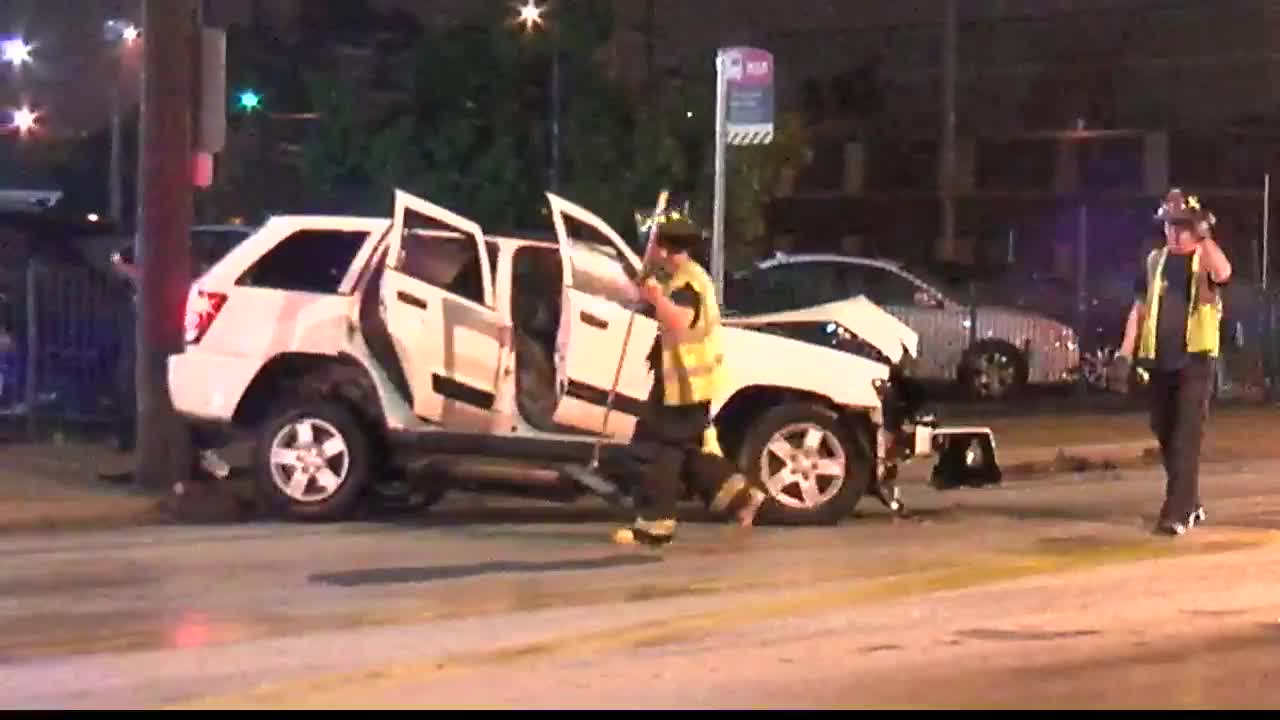 1 dead, 1 injured in early-morning crash on Detroit Avenue in Cleveland